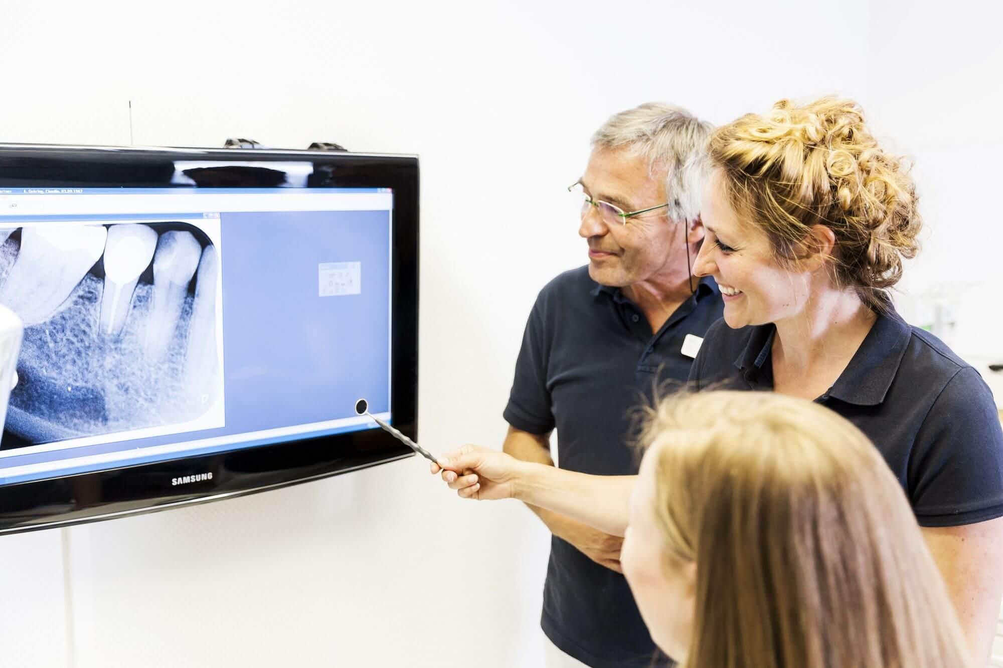 Besprechung des Zahnärzteteams vor Röntgenbild