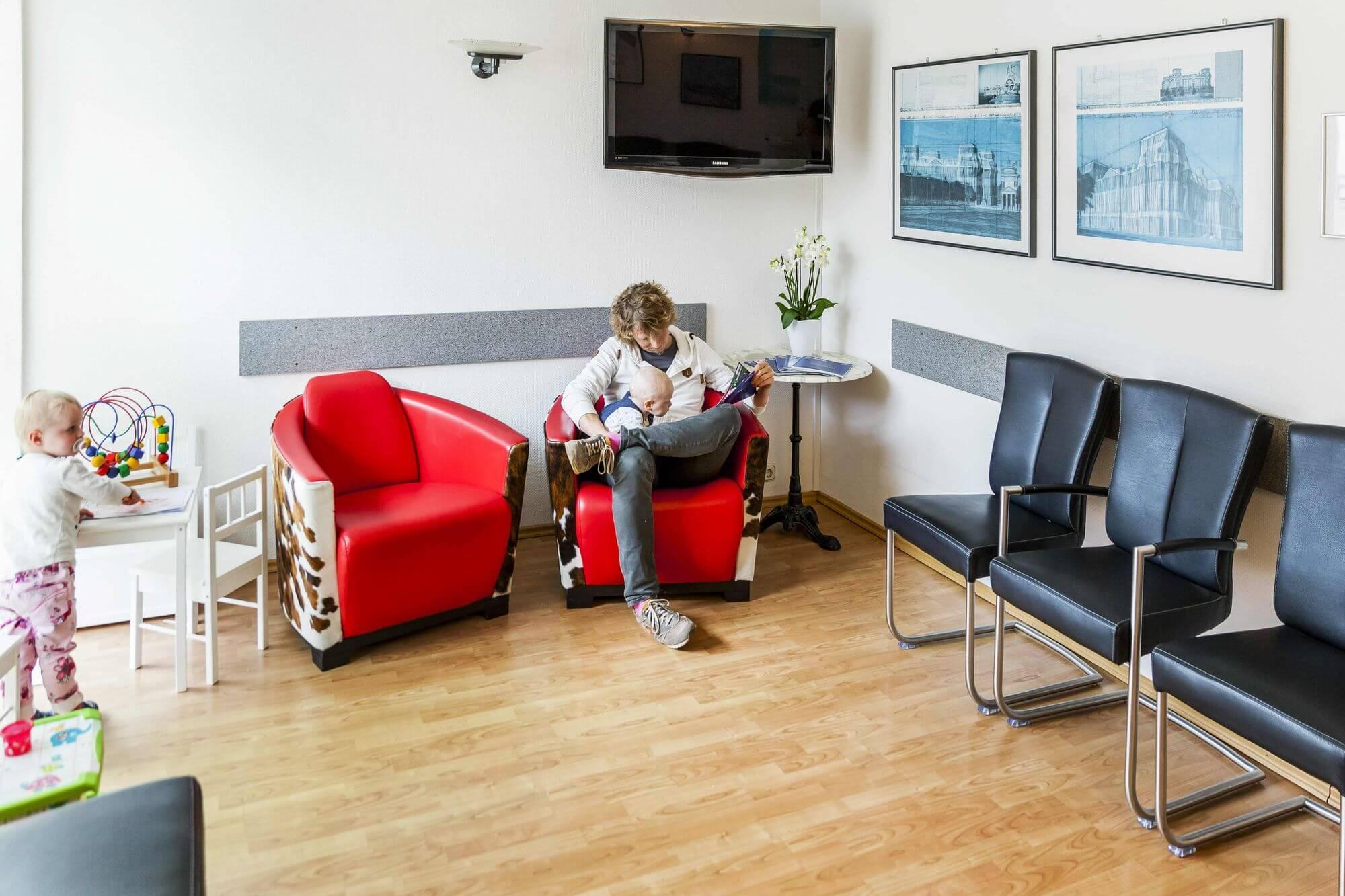 Kinder und Erwachsener im Wartezimmer