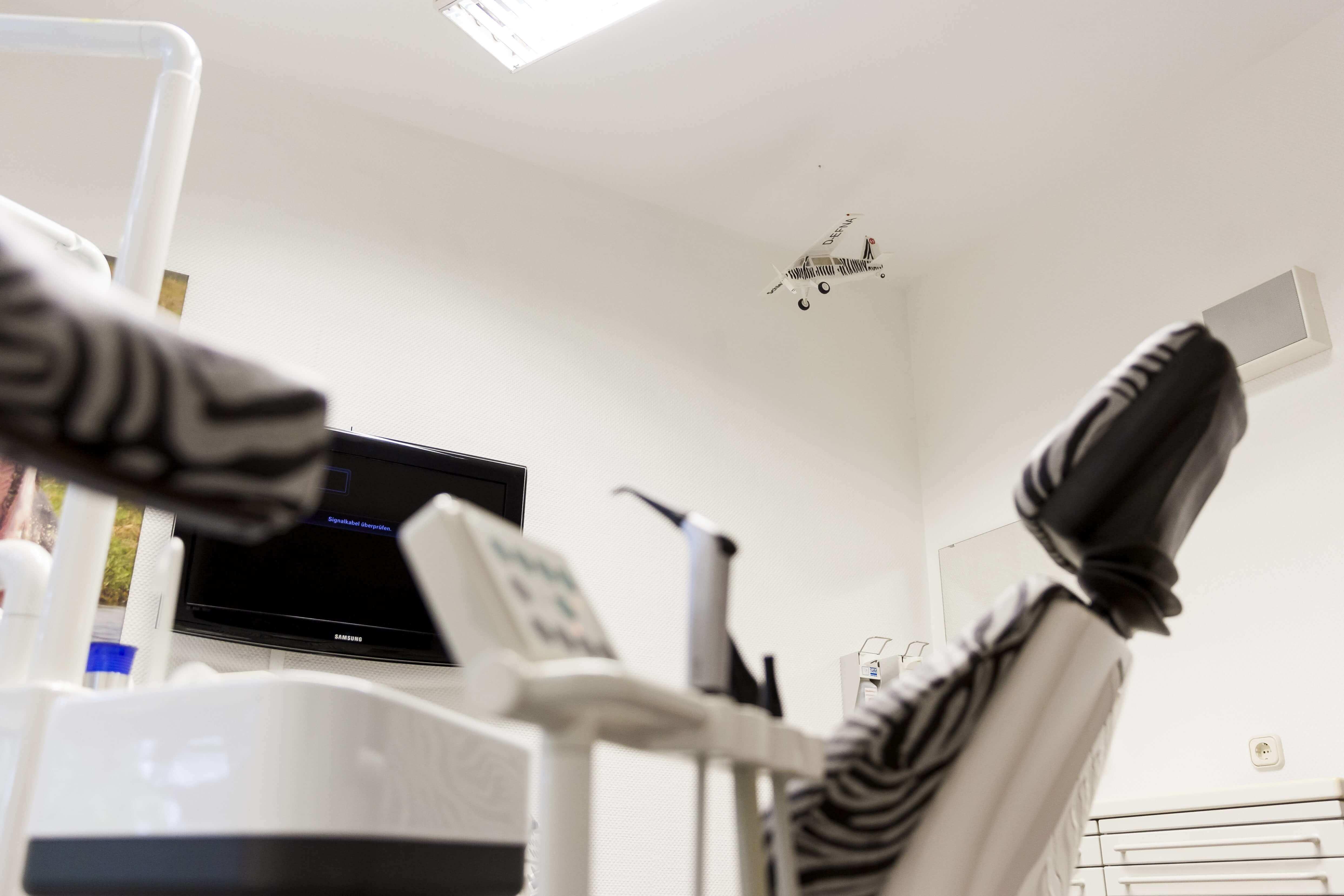 Behandlungszimmer mit Stühlen in Zebraoptik