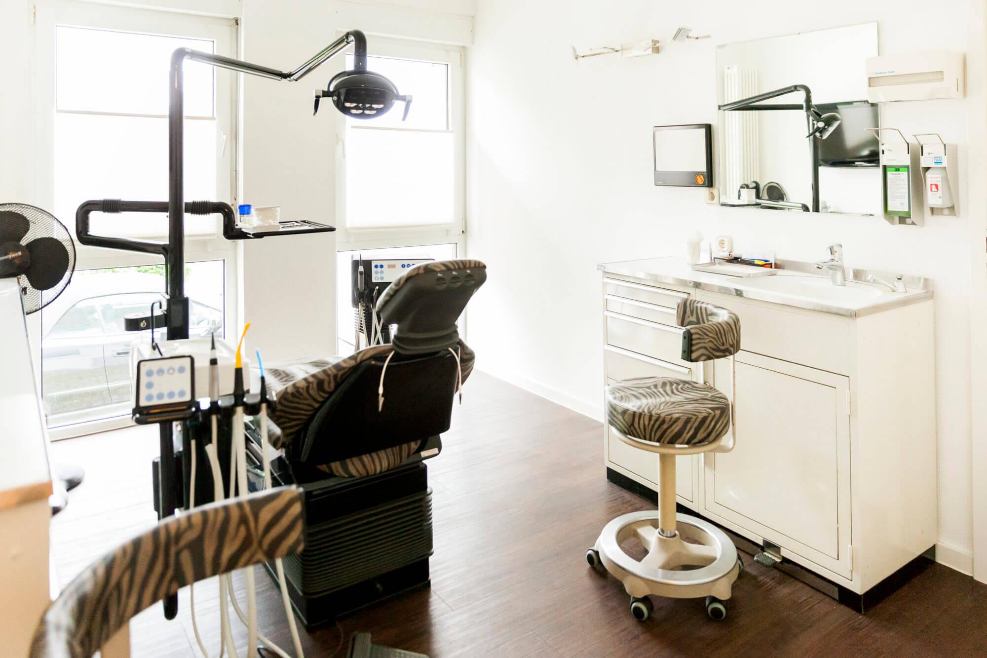 Behandlungszimmer mit Stühlen in Leopardenoptik