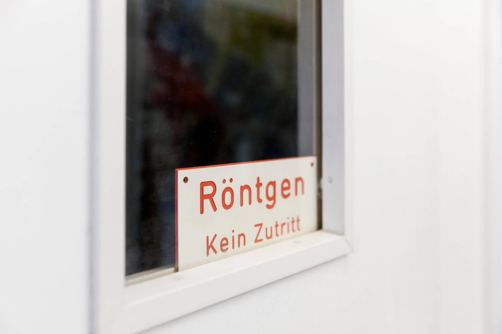 """Tür zum Röntgenraum mit Schild """"Kein Zutritt"""""""